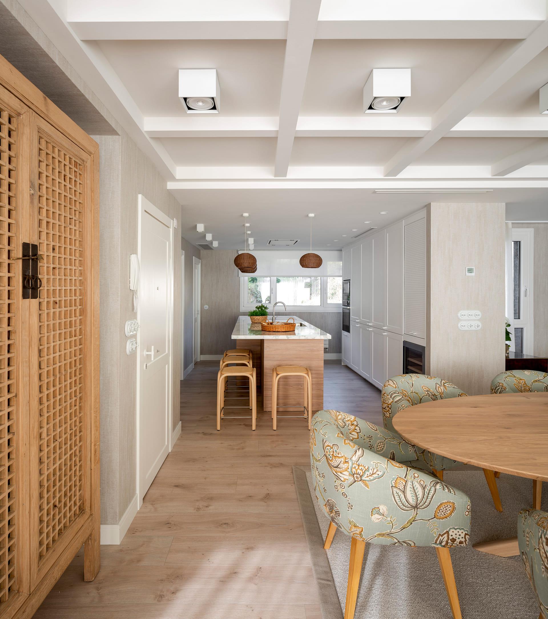 Cuisine ouverte avec îlot dans un duplex