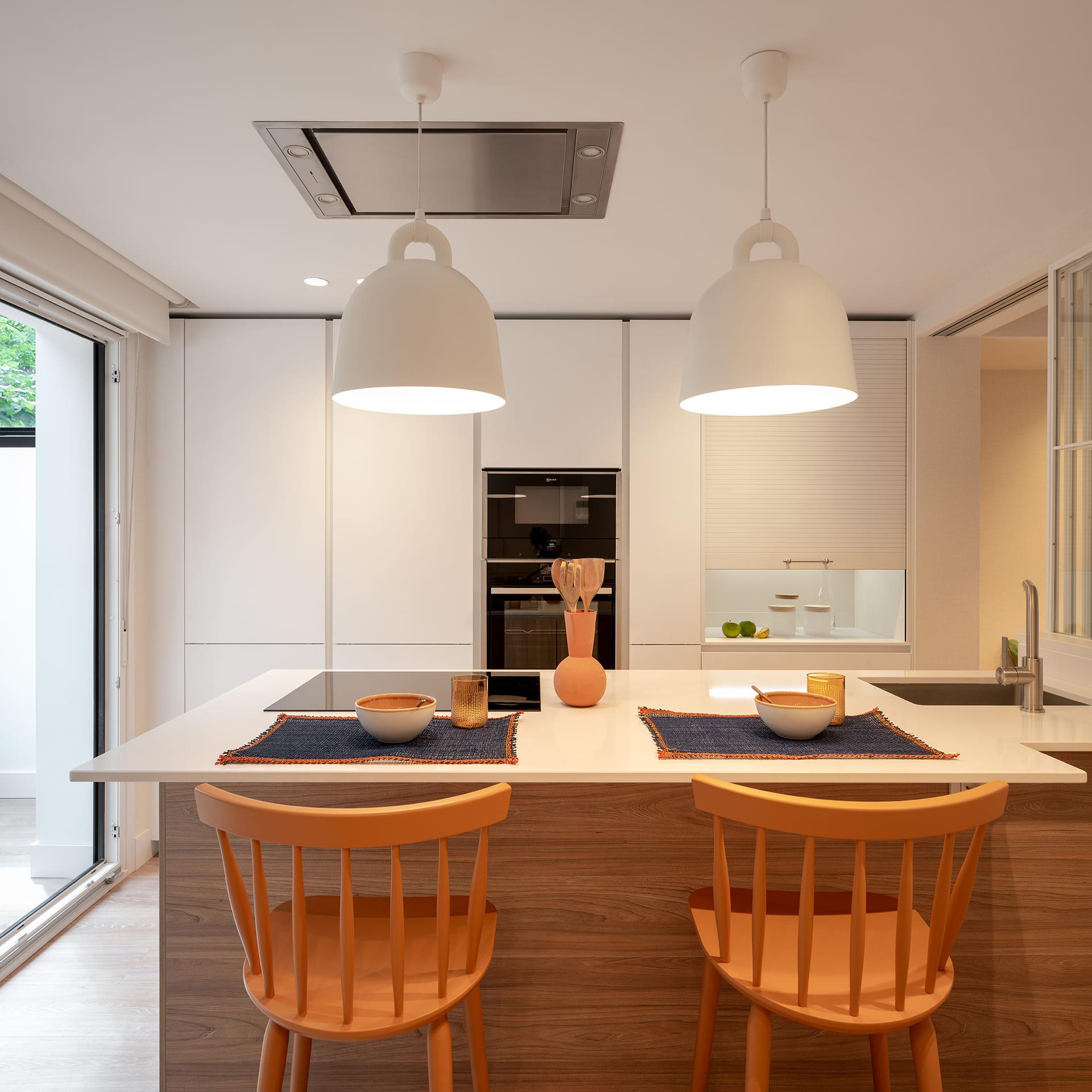 Une cuisine avec îlot, blanc et bois