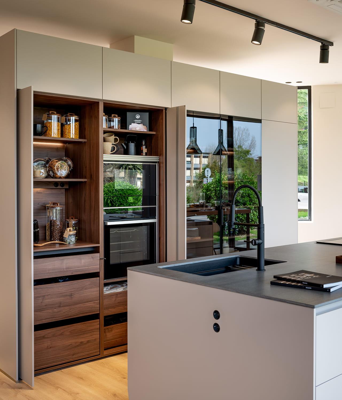 Cozinha com ilha e armário coluna Santos