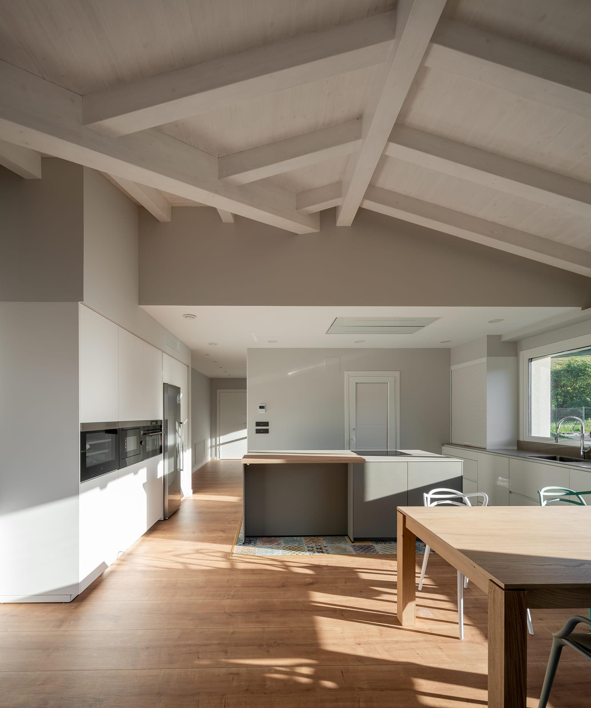 Cuisine avec meubles et plancher en bois