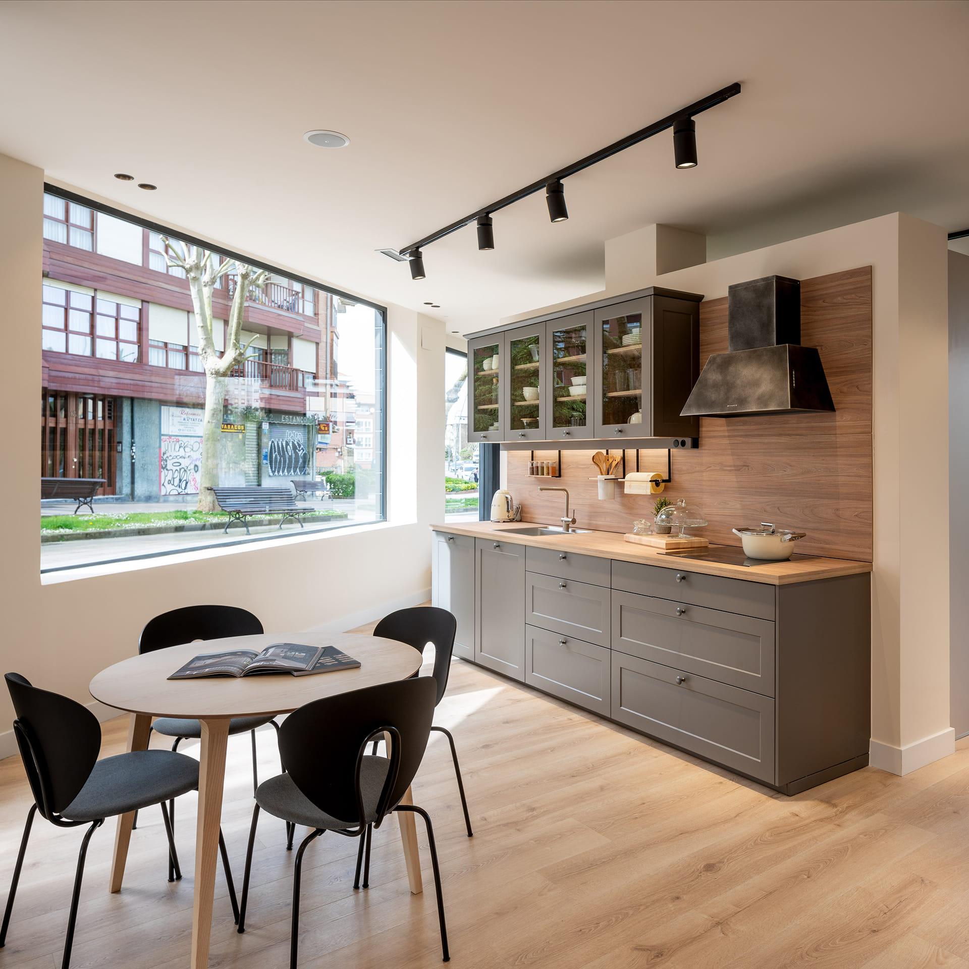 Cozinha linear com mesa em exposição Santos