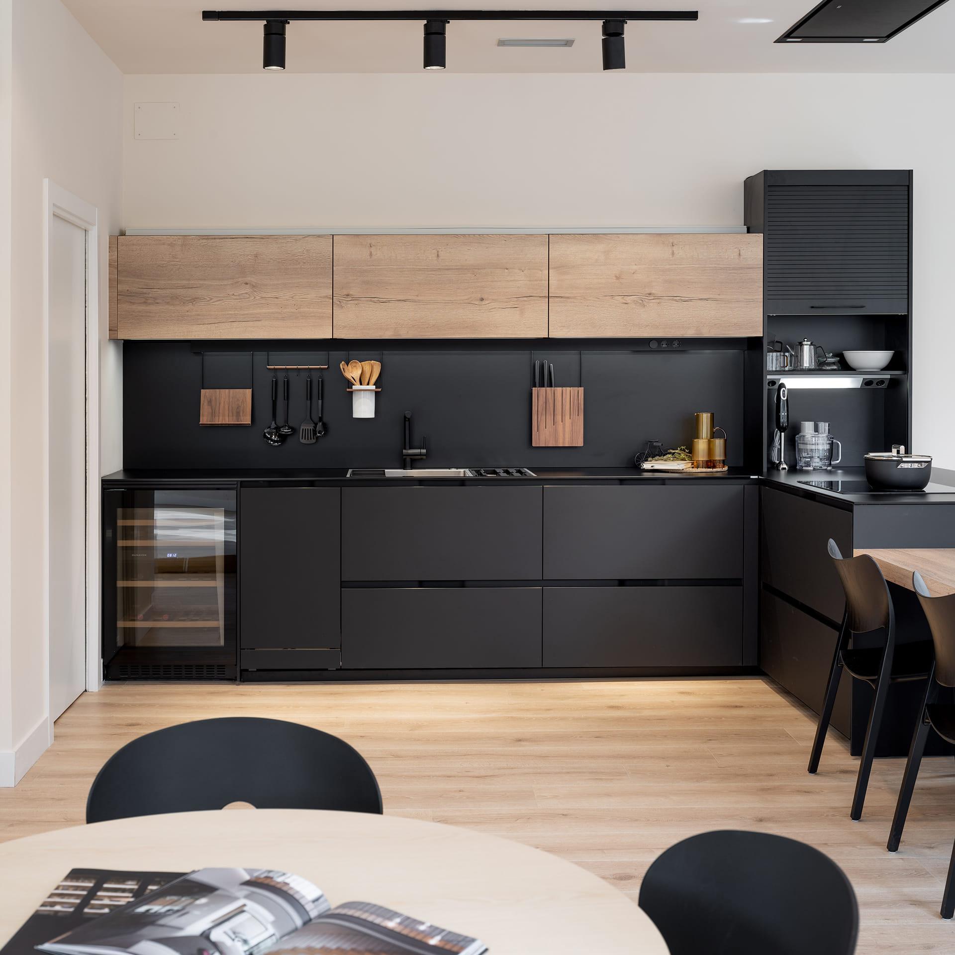 Cozinha preta e madeira em exposição Santos em Vizcaya