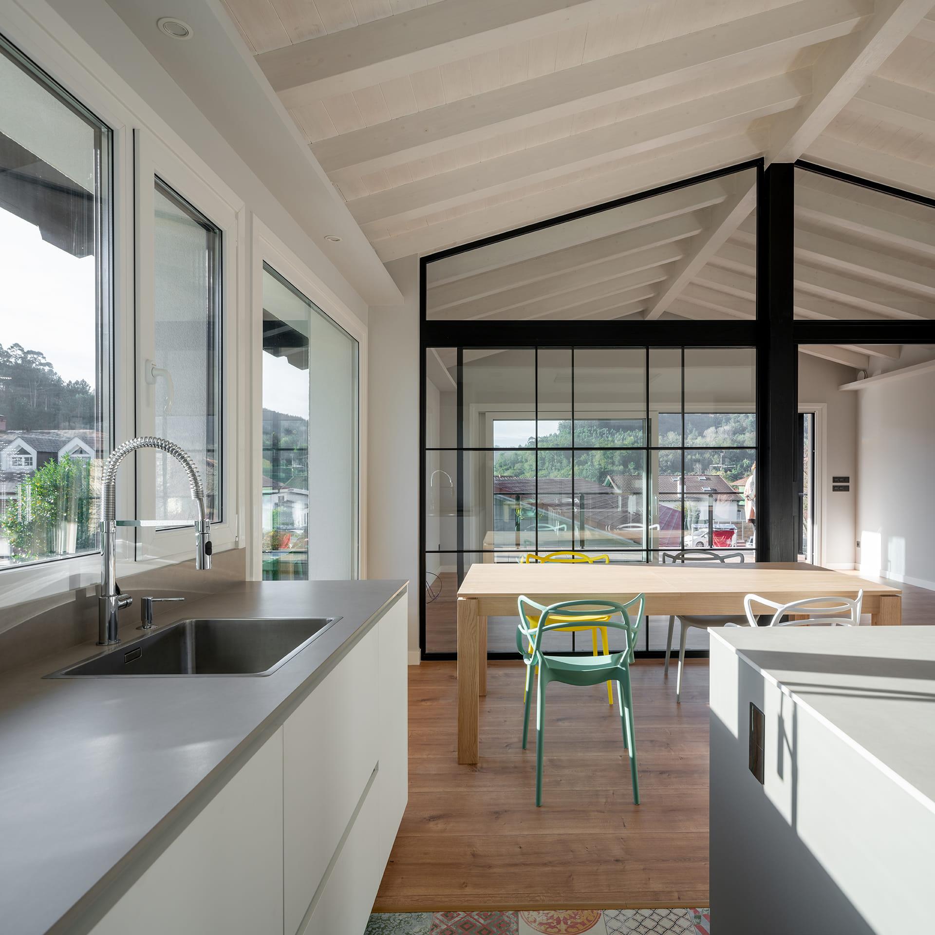 Cuisine et salle à manger avec porte coulissante