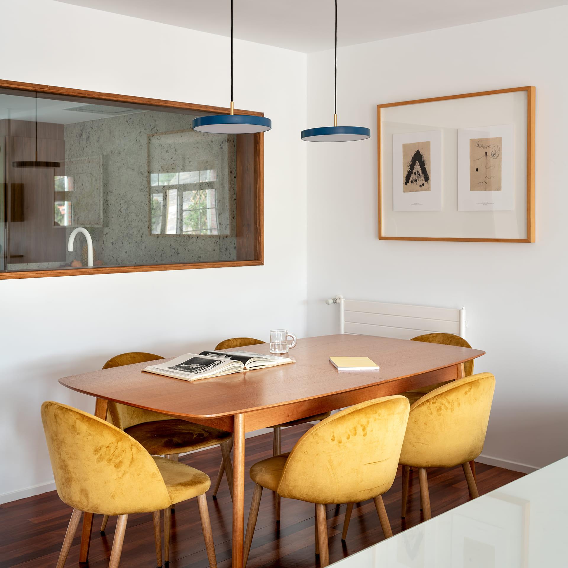 Salle à manger avec table en bois