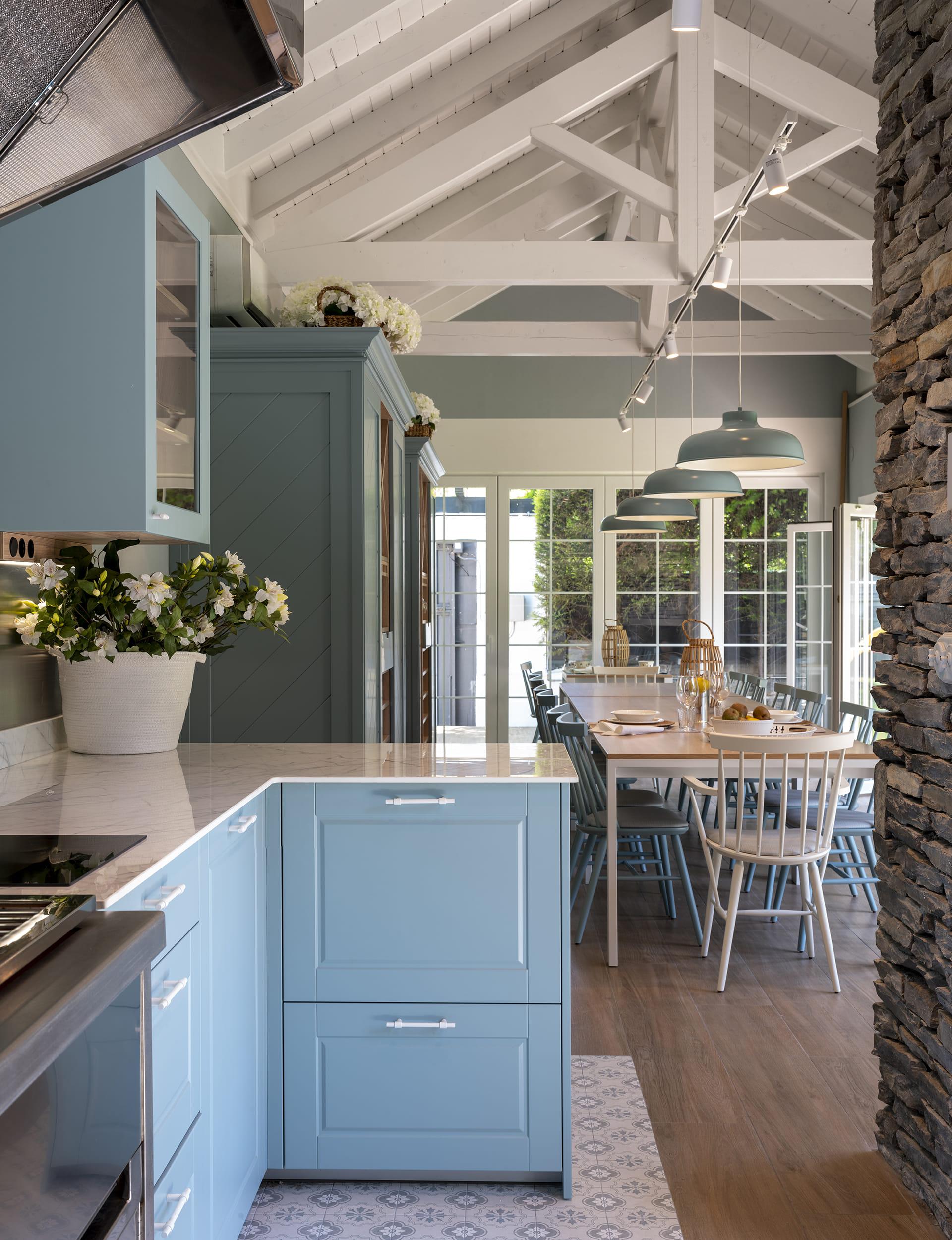 Cuisine avec table en bois et chaises bleues