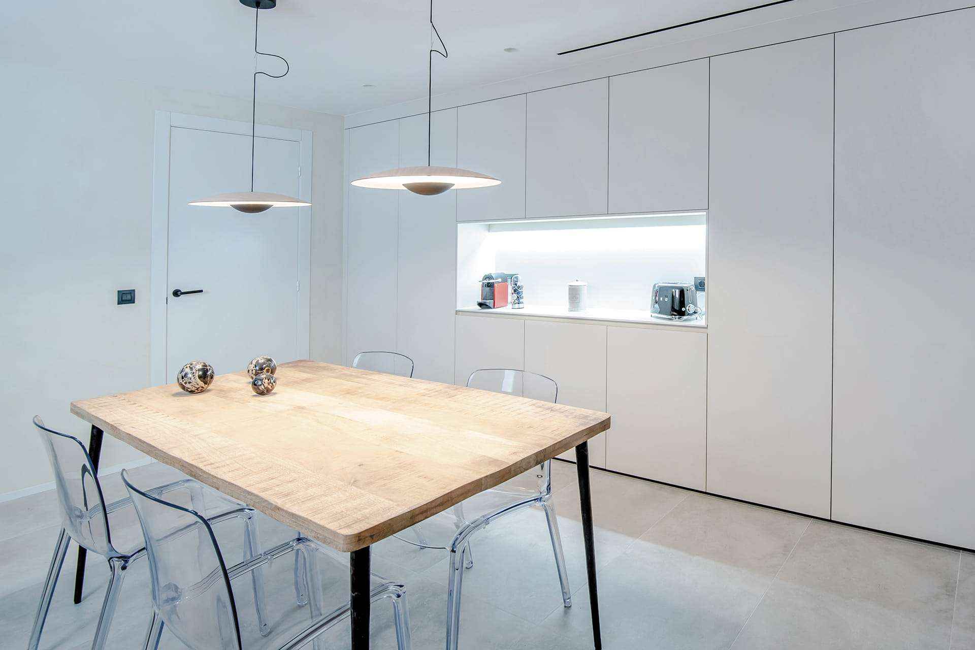 Wit met grijze keuken met tafel in het midden