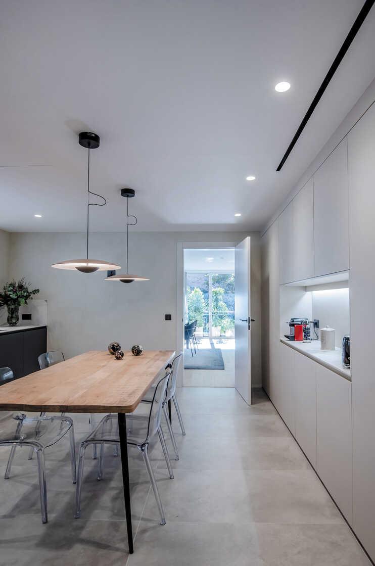Wit met grijze keuken met tafel en verlichting