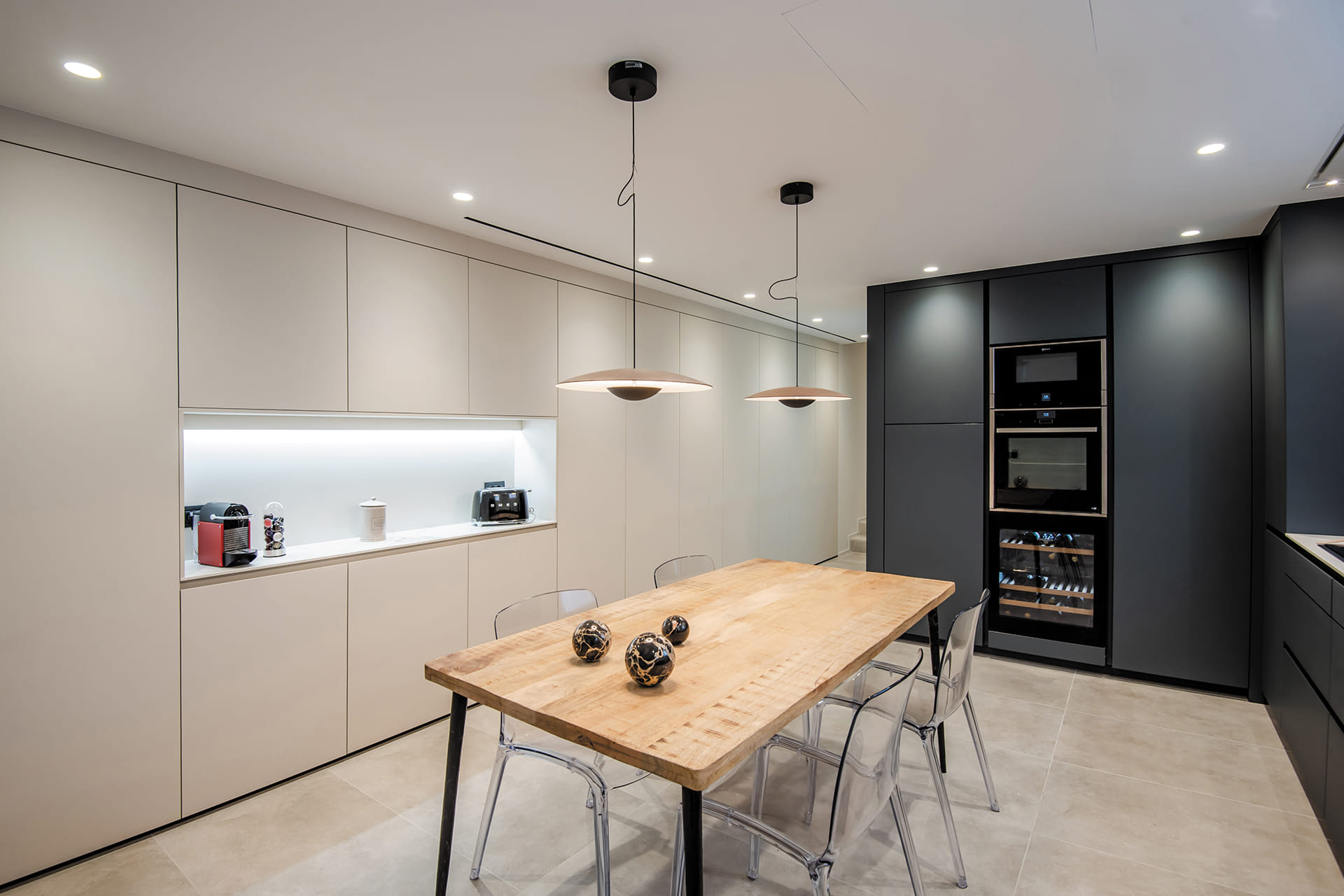 Witte keuken met modules en kasten