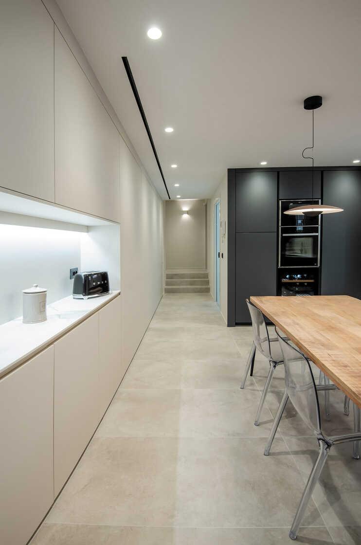 Wit met grijze keuken met keukentafel