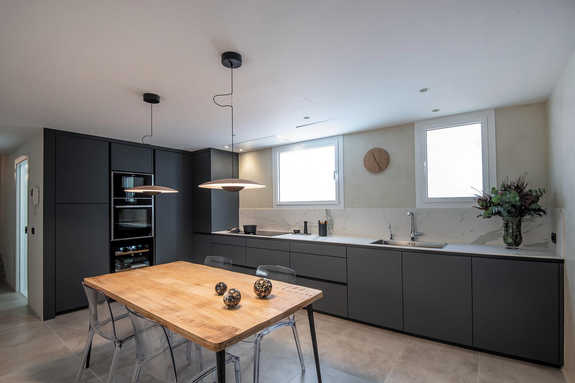 L-vormige wit met grijze keuken