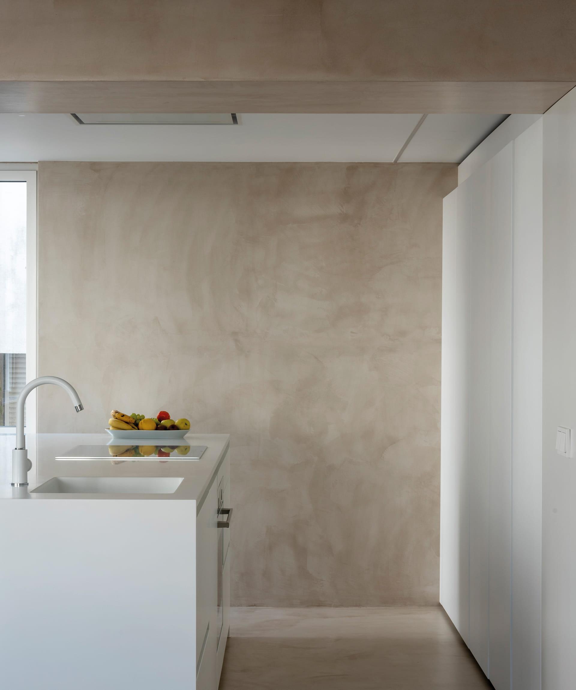 Keuken met in wit werkblad geïntegreerde spoelbak