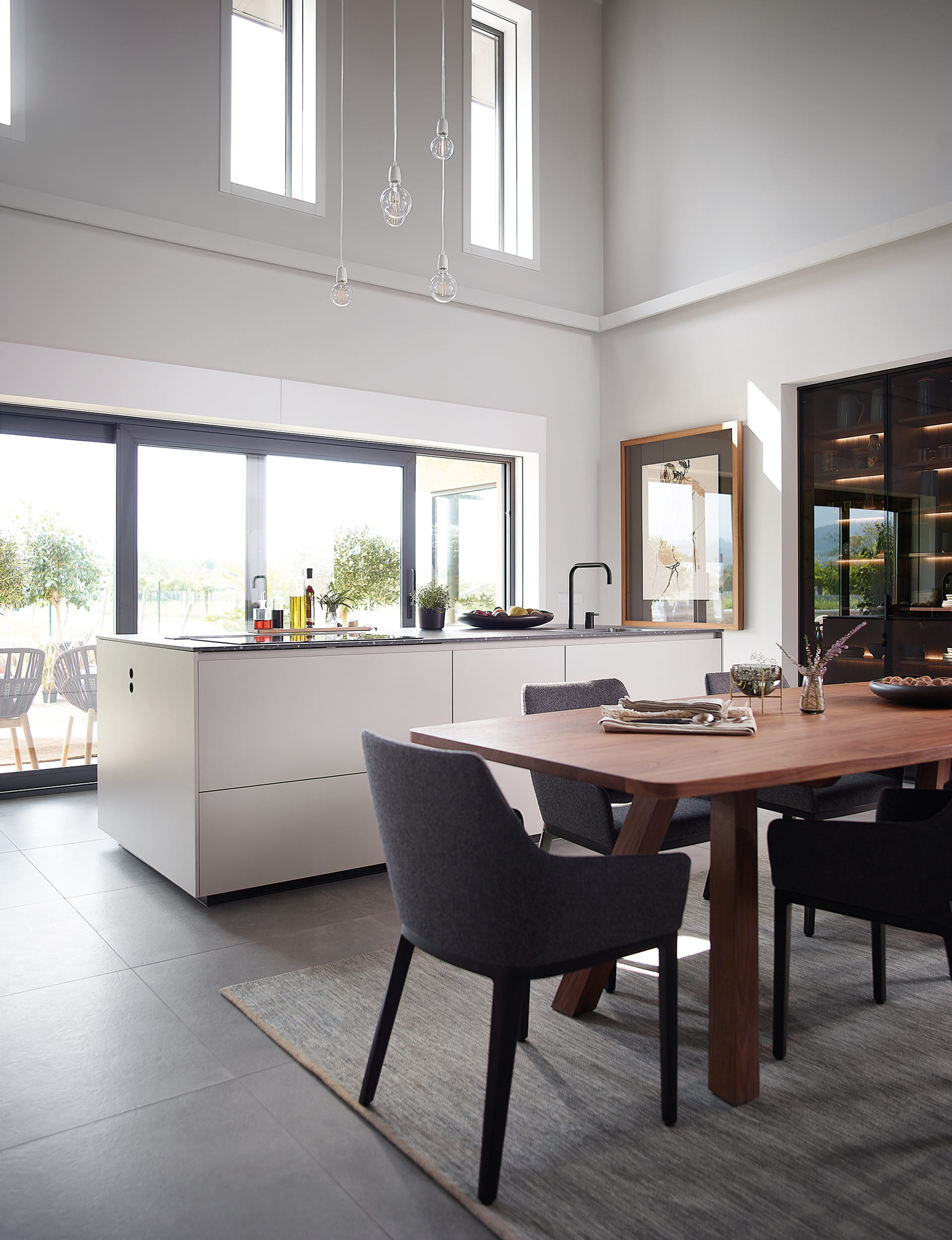 Keuken met tafel van notelaar