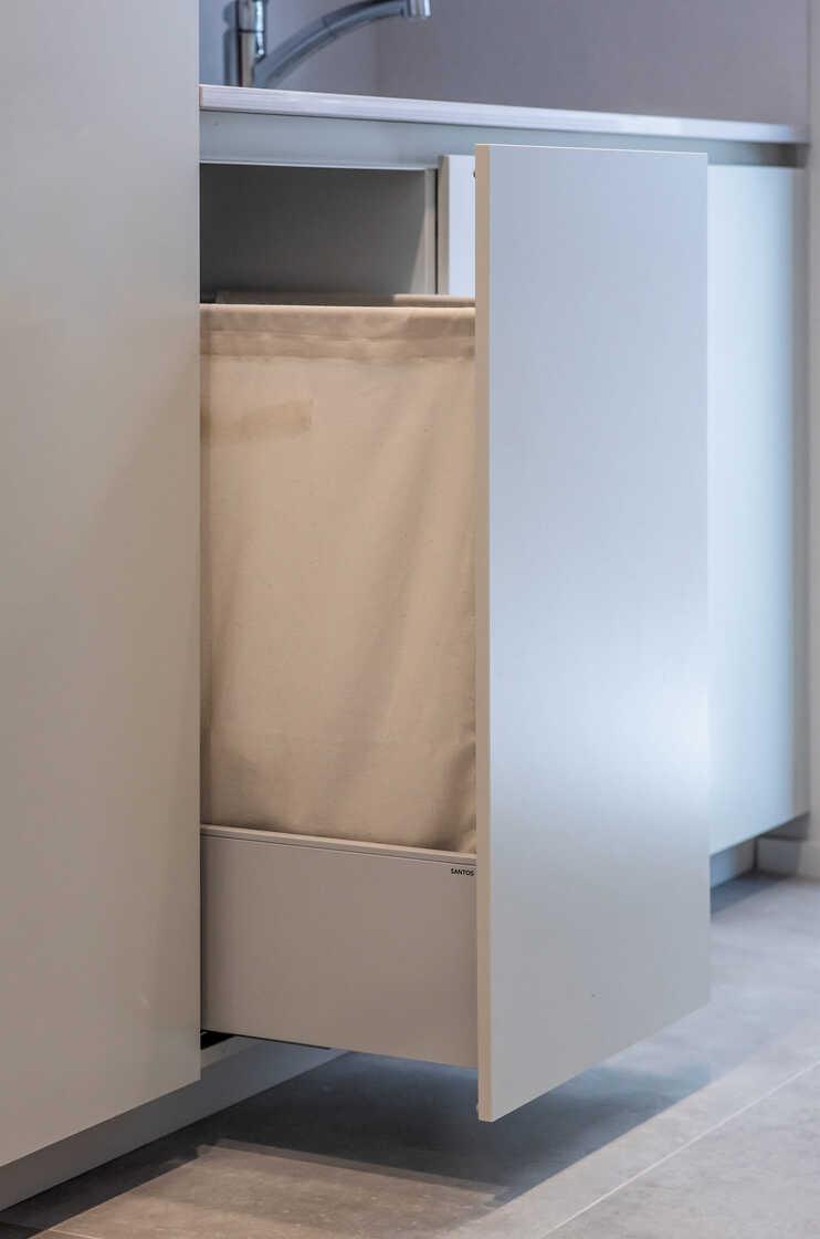 Uitschuifbare module met waszak in wasruimte