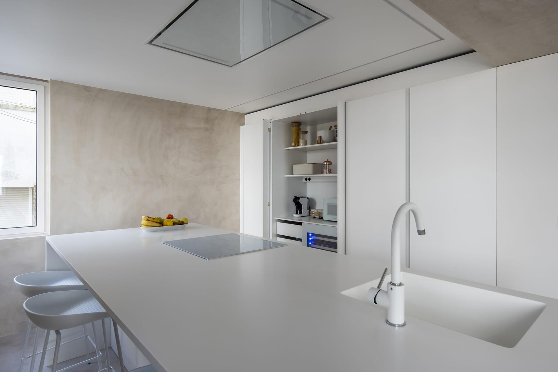 Kolomkast in witte keuken Santos