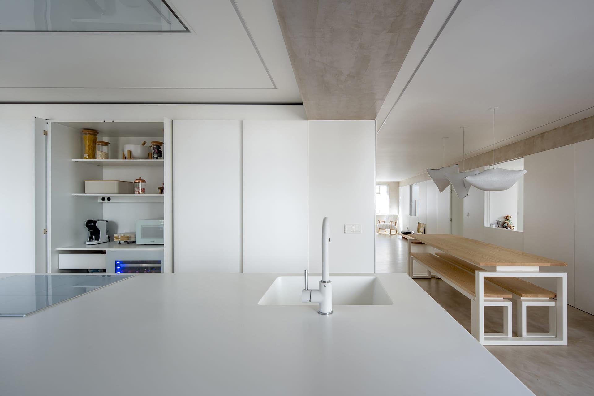 Uittrekbaar keukenmeubel in witte keuken