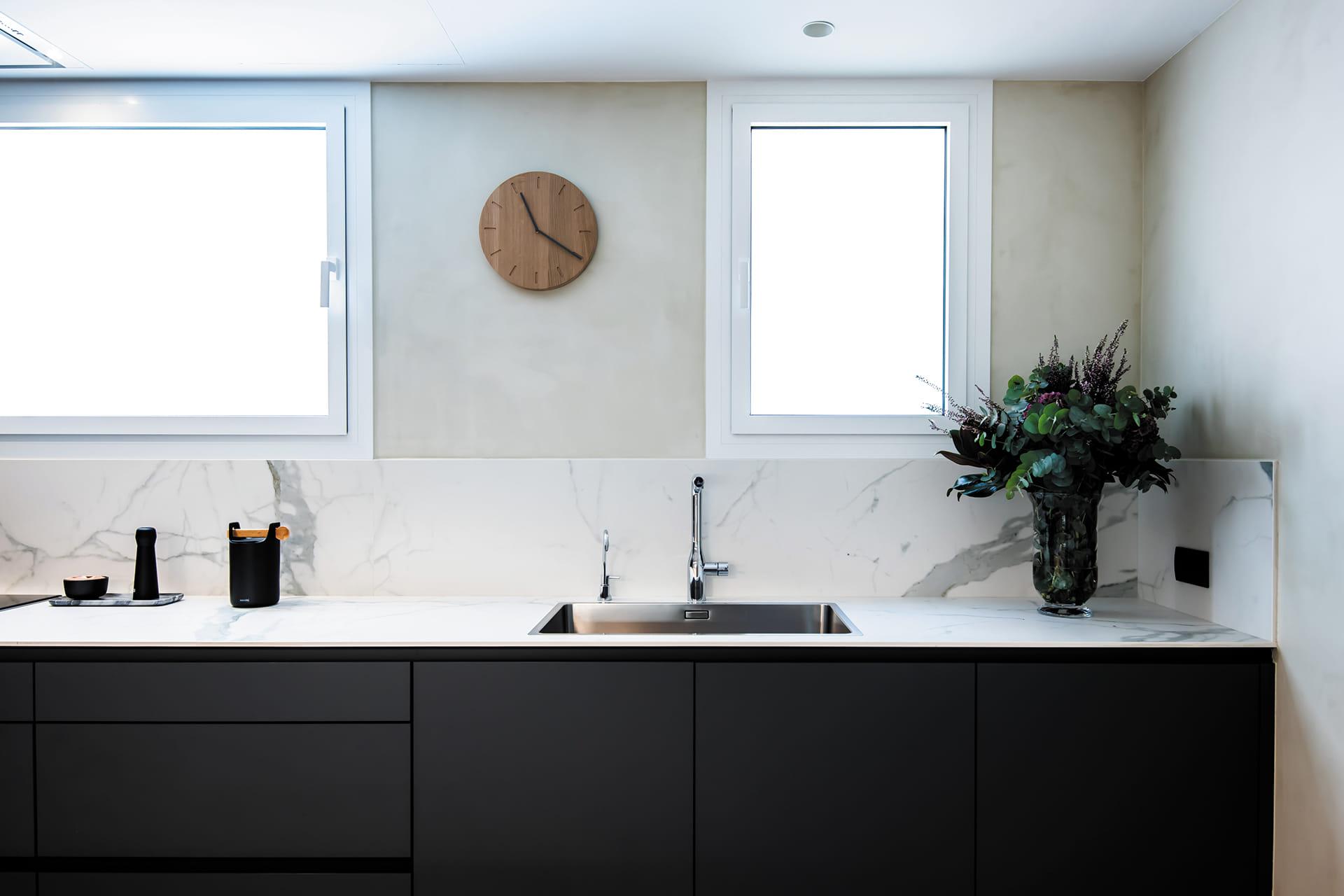 Meubels en werkblad wit met grijze keuken Santos
