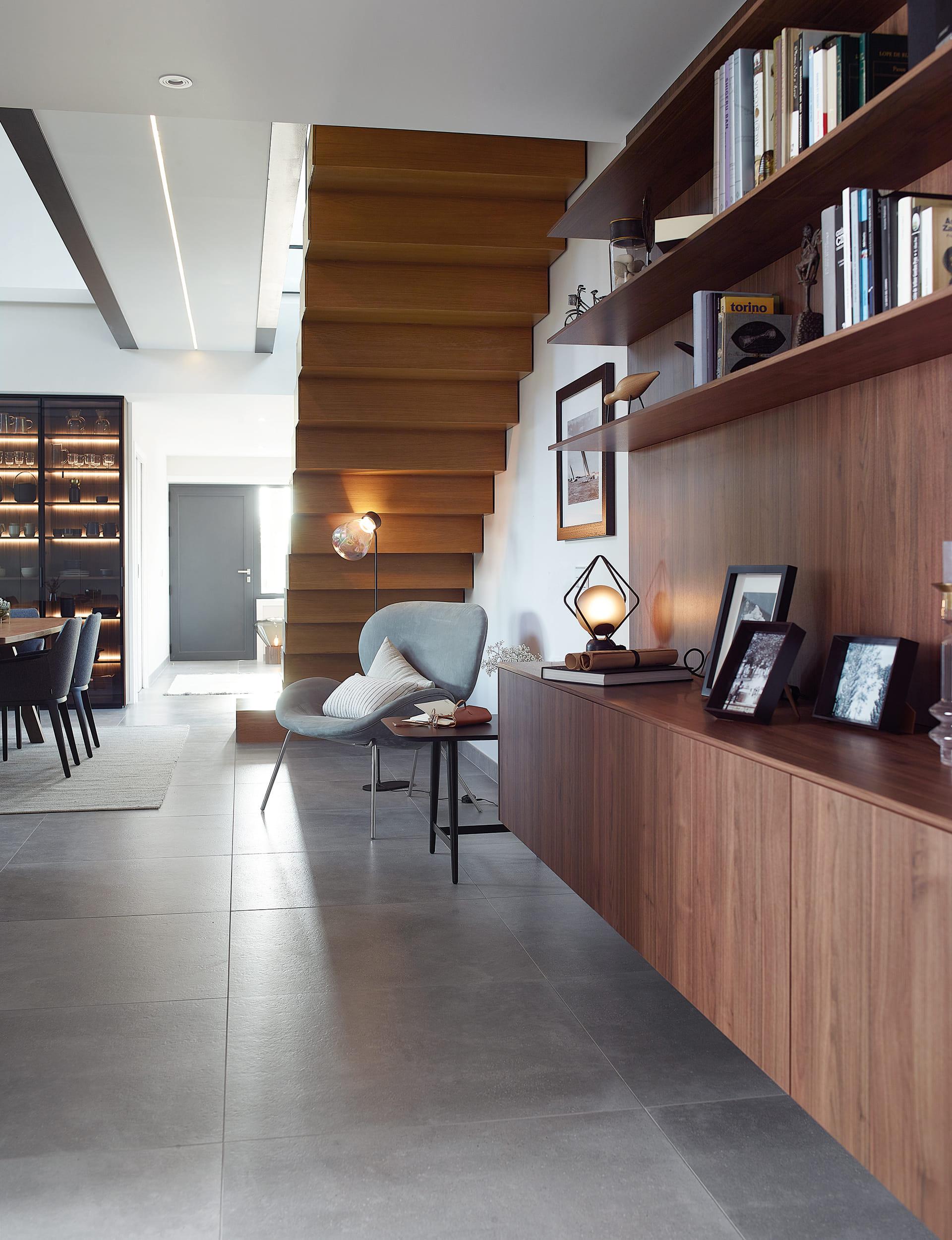 Leeshoek met houten meubels
