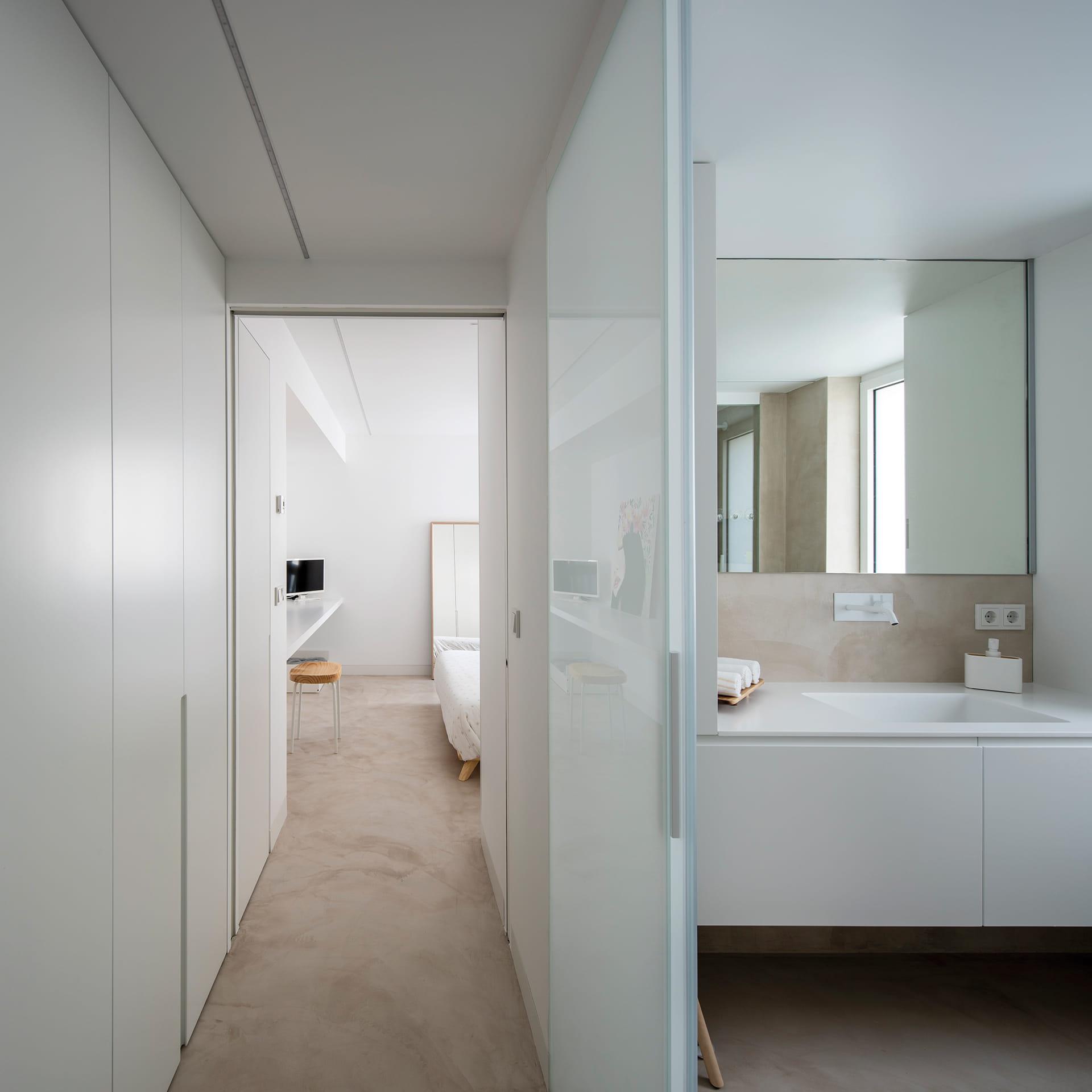 Baño de vivienda con muebles blancos