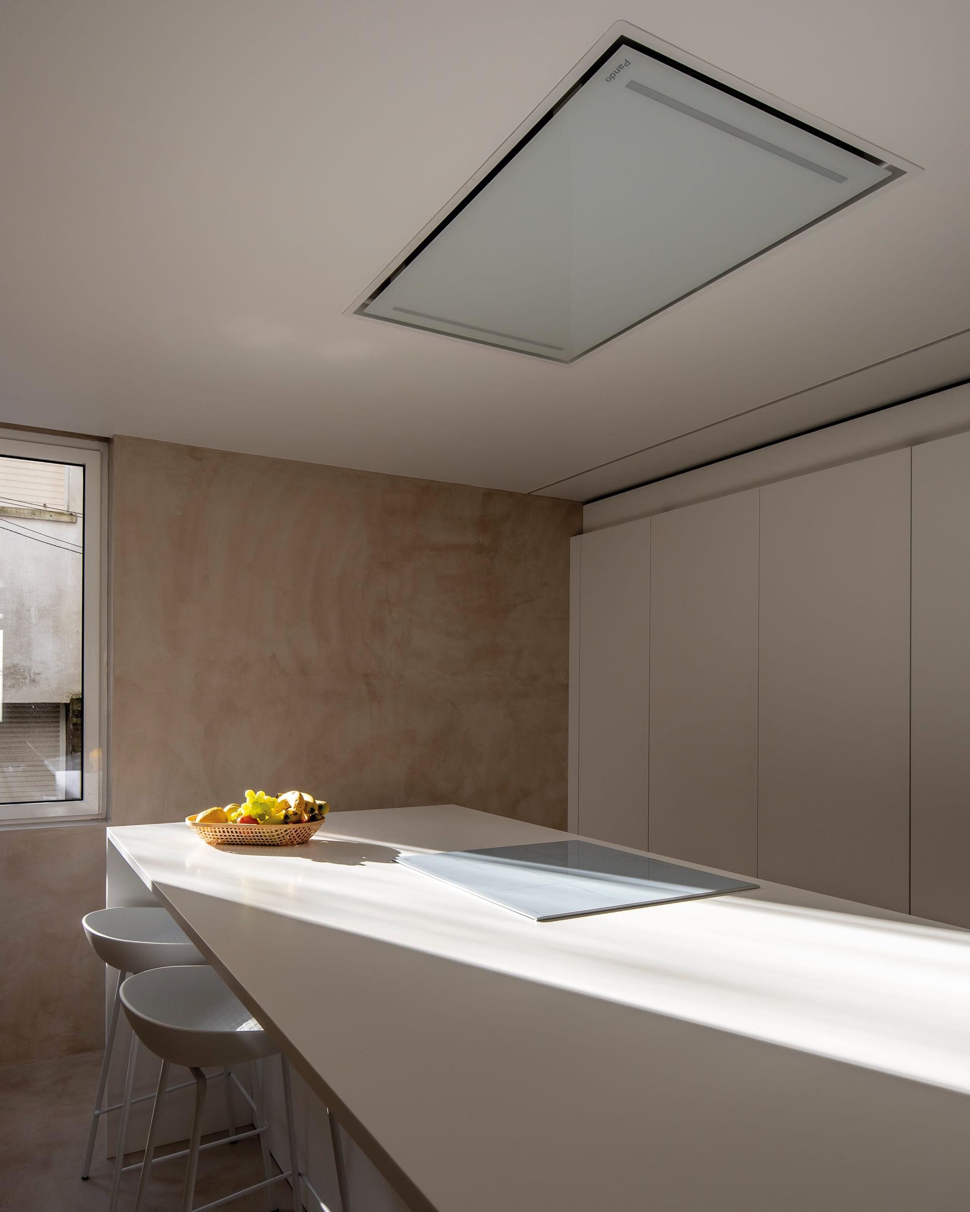 Campana de techo en cocina blanca con isla Santos
