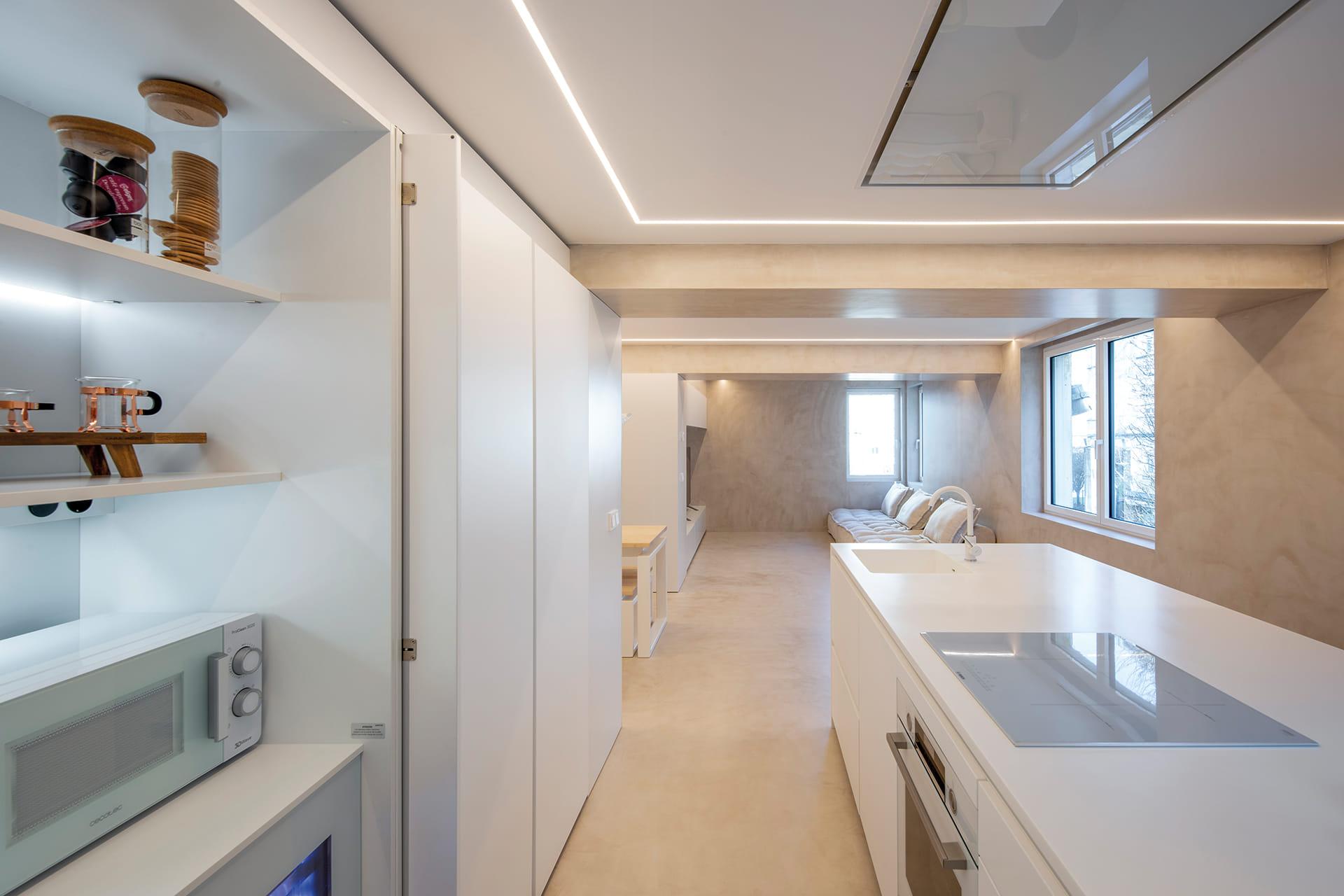 Cocina con estantes de iluminación LED en mueble escamoteable