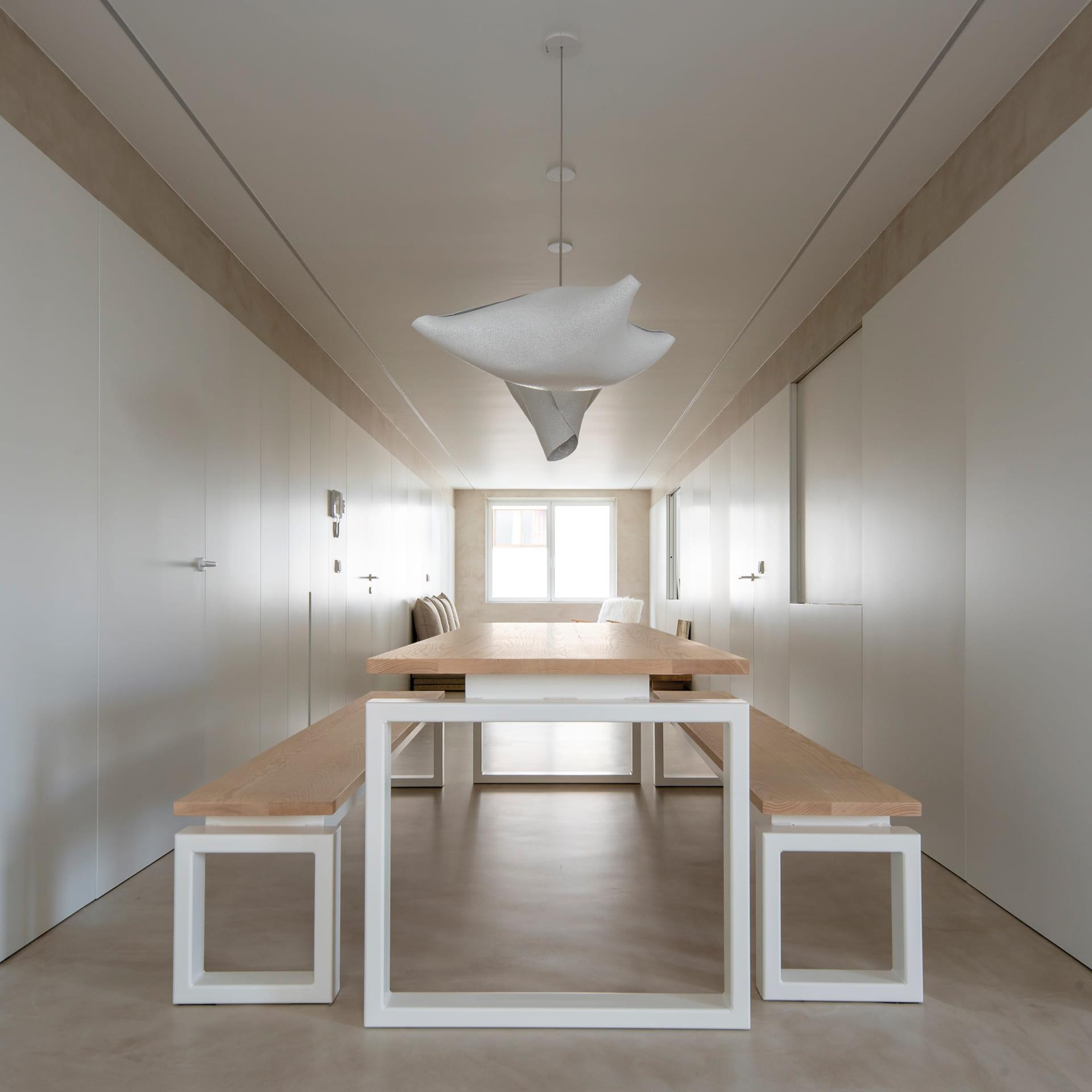Mesa blanco y madera y lámpara de techo