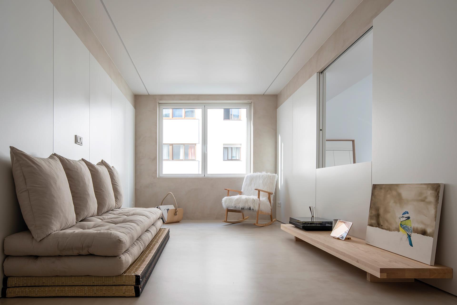 Salón con sofá japonés, mesa y mecedora
