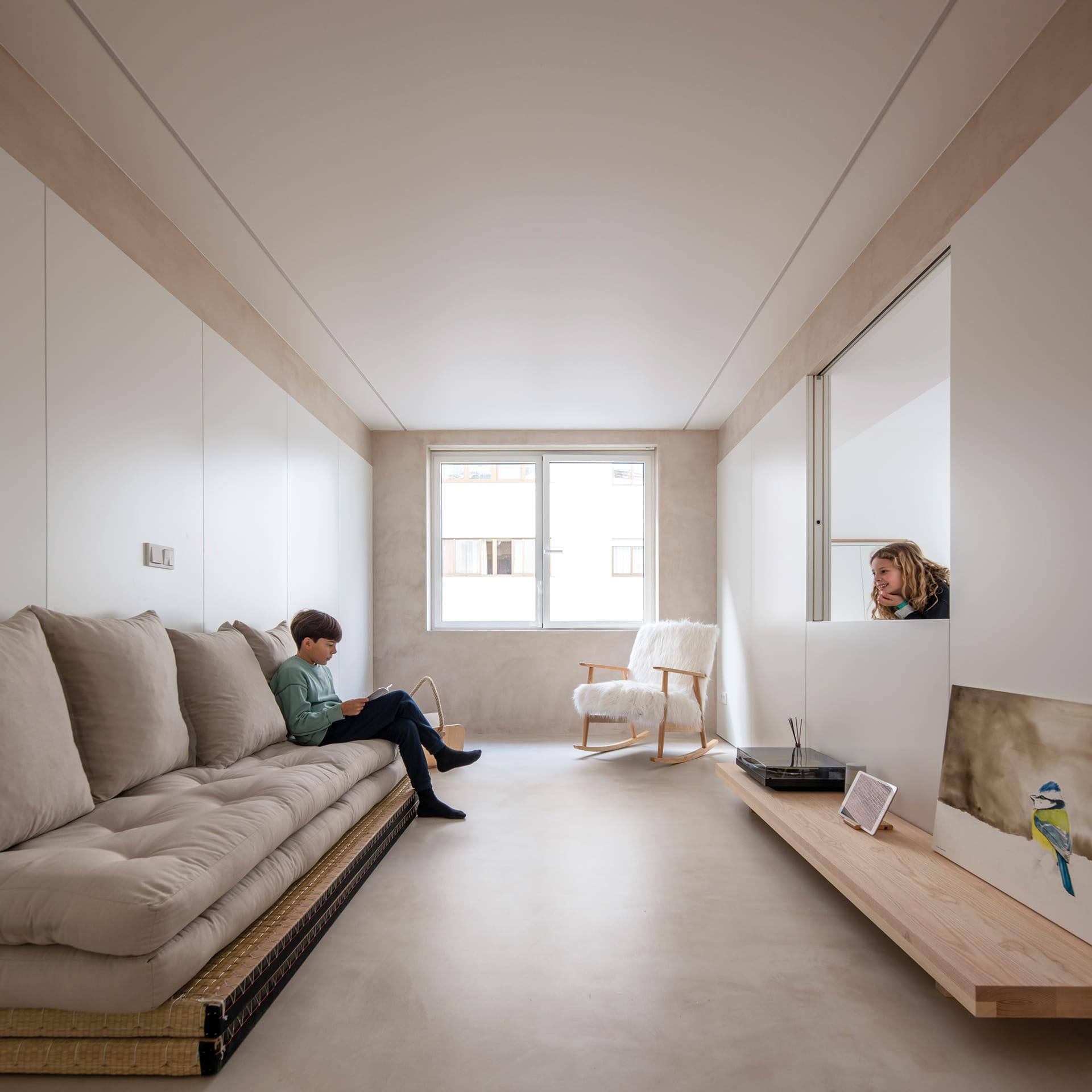 Salón con sofá, mecedora y mesa auxiliar