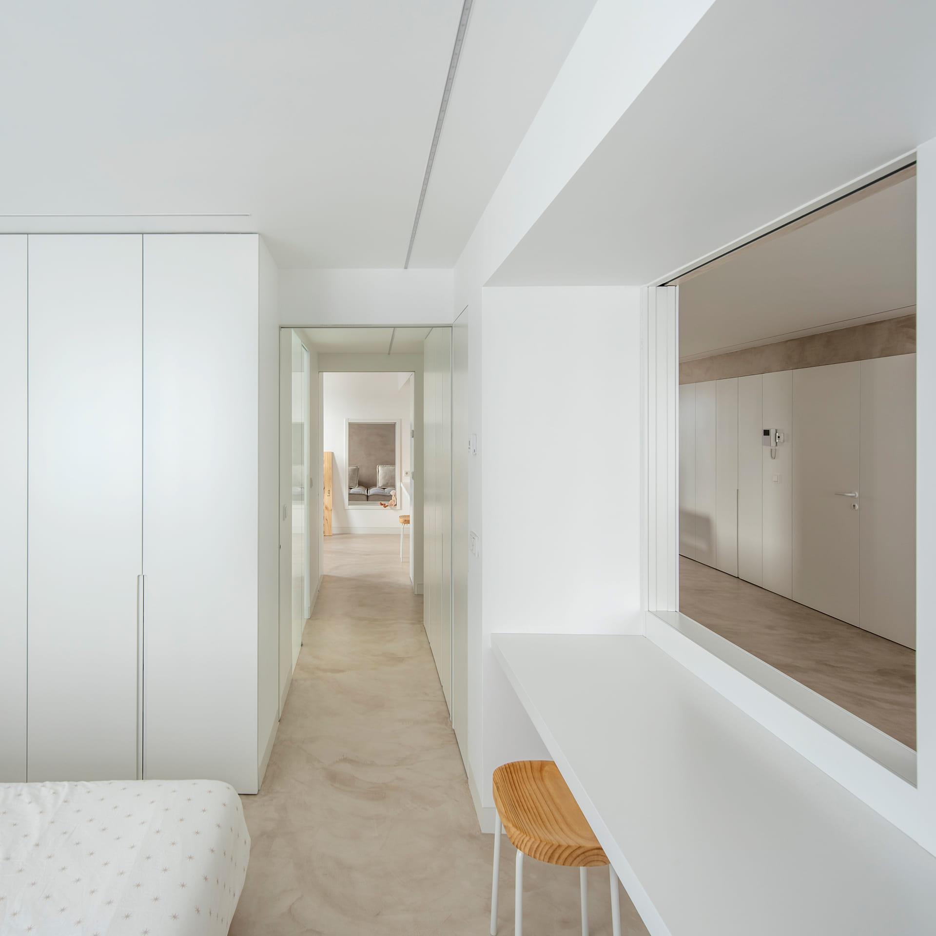 Vivienda con armarios lacados blanco