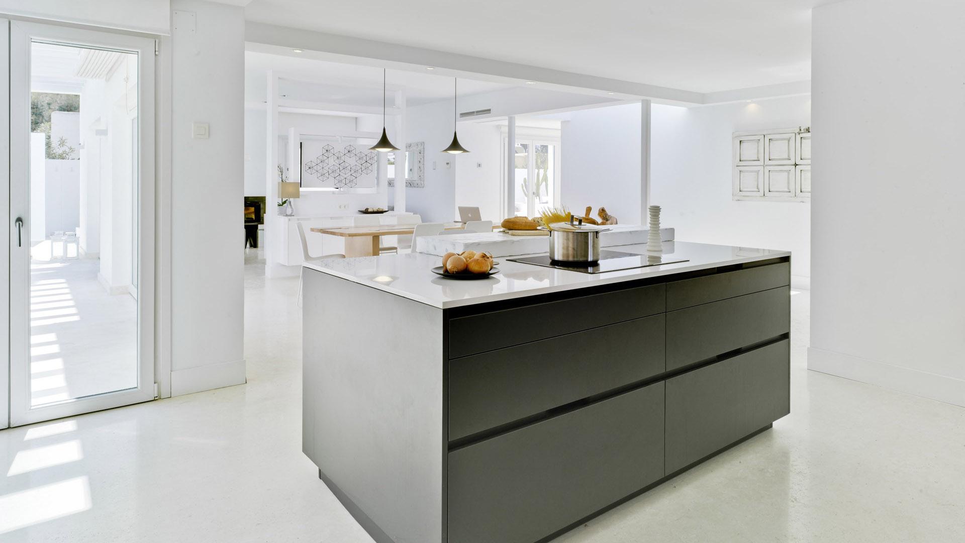 Cocina con isla abierta al comedor y el salón - INTRA-E Gris ...